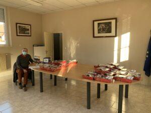 François Cavalié, conseiller municipal, assure la permanence pour la remise des colis du CCAS